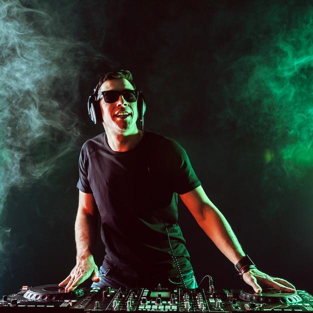 Dj Mixage De Musique Sur Table De Mixage Sur Dark Photo Premium