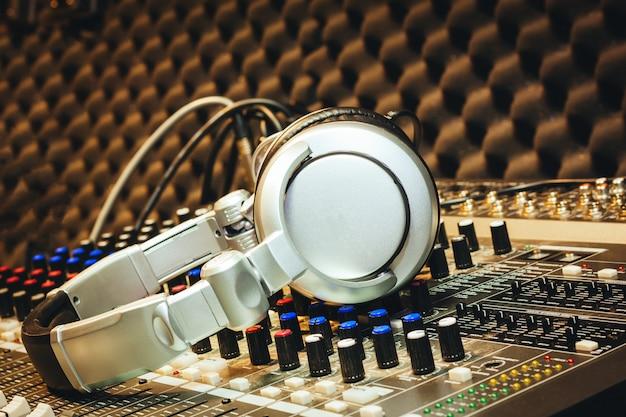 Dj outils accessoires casque sur table de mixage sonore dans le studio d'enregistrement à domicile. Photo Premium