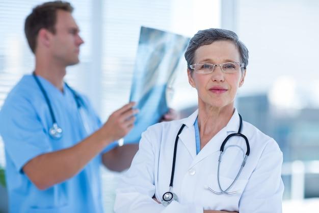 Docteur attentif regardant la caméra Photo Premium