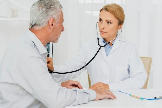 Docteur, auscultation, poitrine patient Photo gratuit