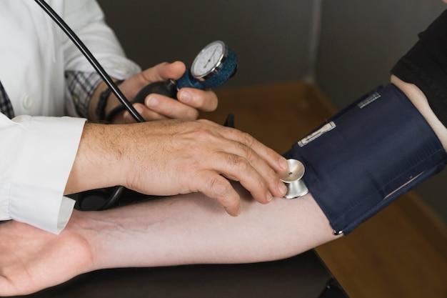 Docteur contrôle de la pression artérielle Photo gratuit