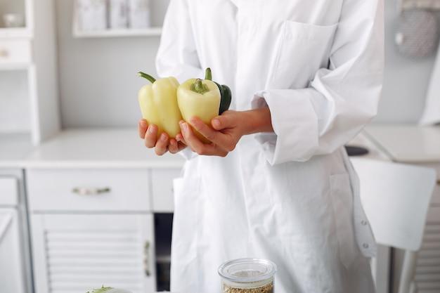 Docteur dans une cuisine avec des légumes Photo gratuit