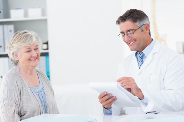 Docteur écrit des prescriptions pour un patient senior Photo Premium