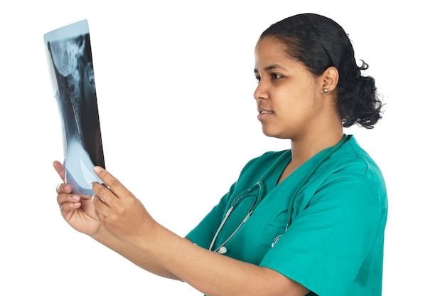 Docteur examinant un radio graphes sur fond blanc Photo Premium