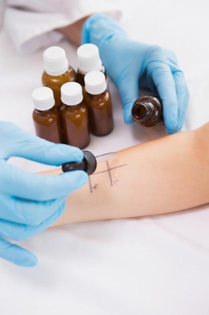 Docteur faire un test de piqûre de la peau à son patient Photo Premium