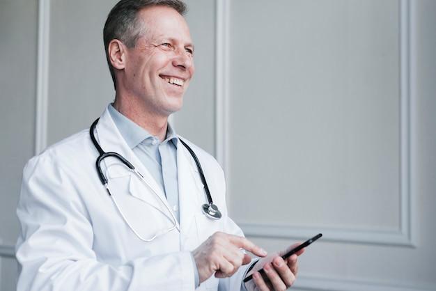 Docteur faisant un appel téléphonique Photo gratuit