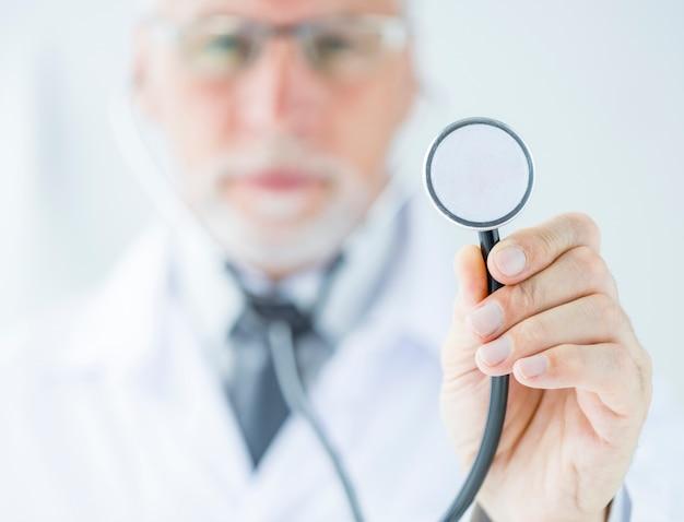 Docteur flou montrant le stéthoscope Photo gratuit