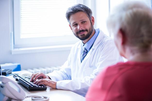 Docteur en interaction avec le patient dans un cabinet médical à l'hôpital Photo gratuit
