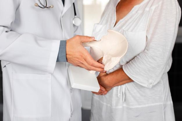 Docteur main tenant un morceau d'os Photo gratuit