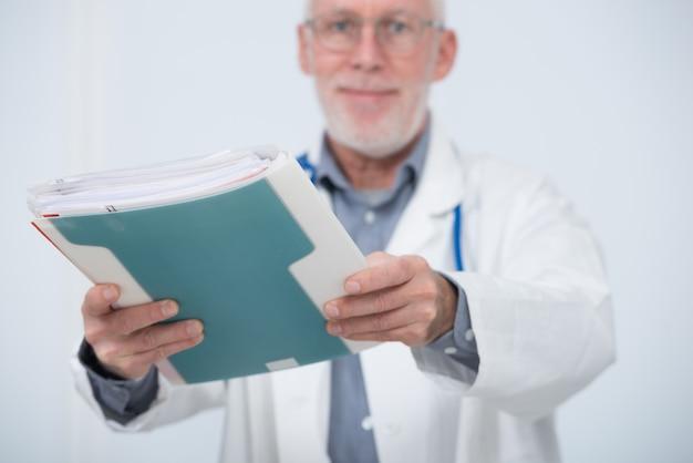 Docteur mature avec dossier médical Photo Premium