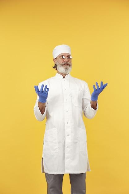 Docteur En Médecine Souriant Dans Des Verres. Isolé. Homme Dans Des Gants Bleus. Photo gratuit