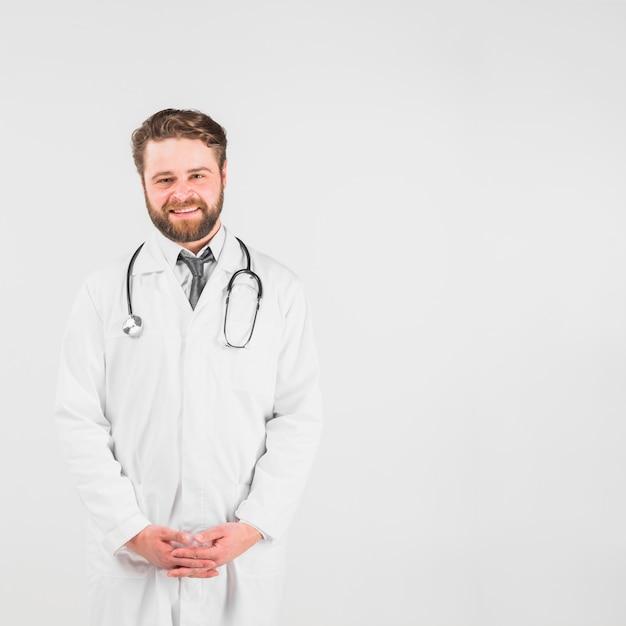 Docteur souriant et regardant la caméra Photo gratuit