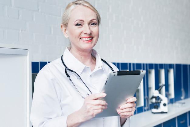 Docteur avec un stéthoscope et une tablette Photo gratuit