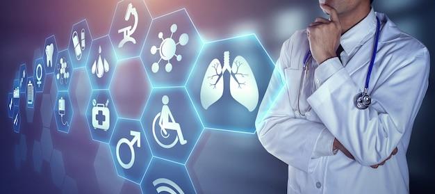Docteur Avec Stéthoscope Touchant Les Icônes Numériques Photo Premium