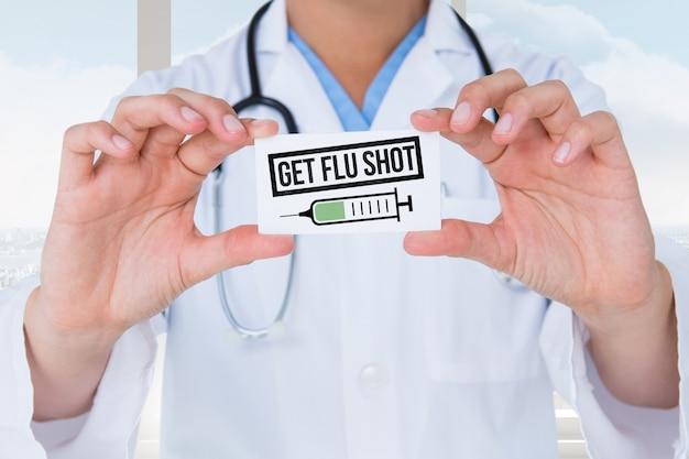 Docteur tenant une carte préventive Photo gratuit