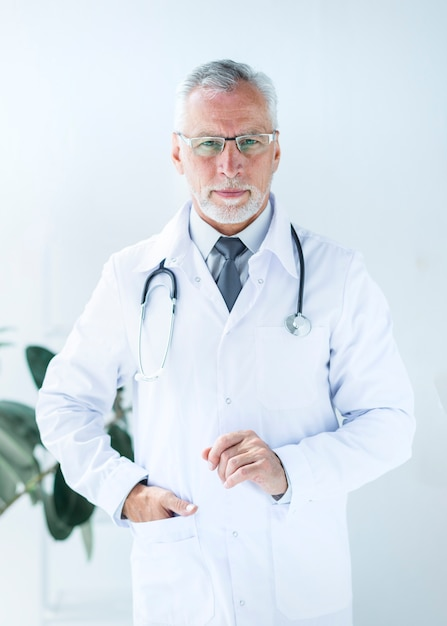 Docteur tenant la main dans la poche au bureau Photo gratuit