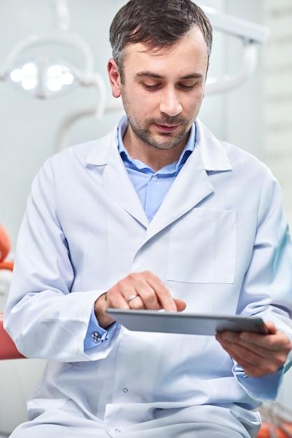 Docteur tenant une tablette Photo Premium