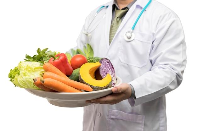 Docteur, tenue, panier, assortir, fruits frais, et, légumes Photo Premium