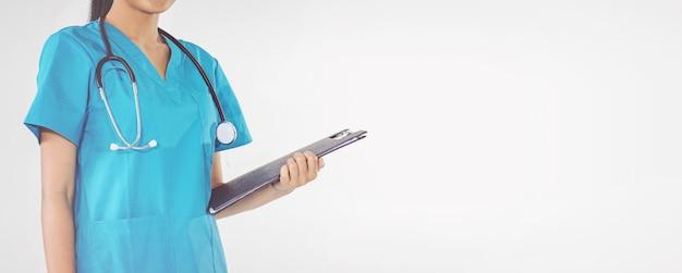 Docteur, tenue, presse-papiers, prescription Photo Premium