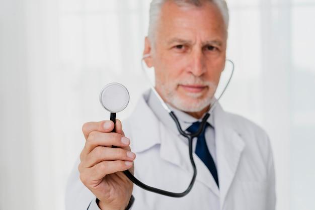 Docteur, tenue, stéthoscope, défocalisé Photo gratuit