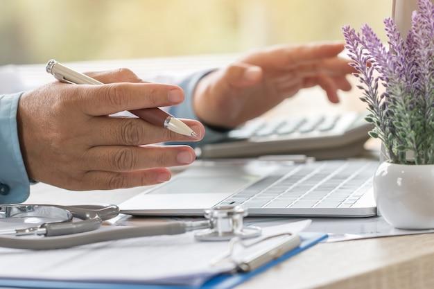 Docteur travaillant sur ordinateur portable Photo Premium