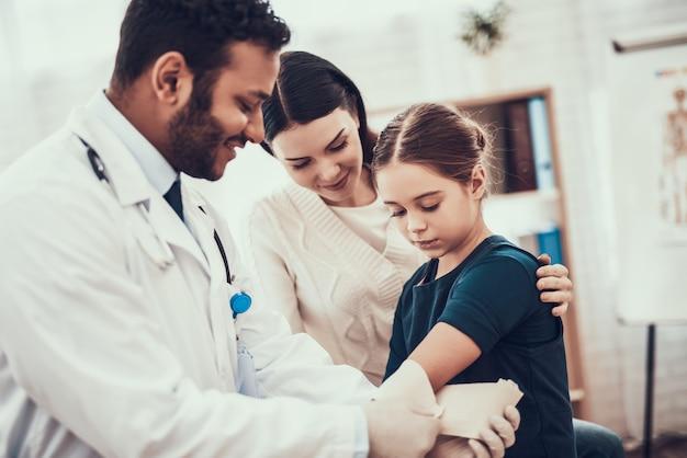 Le docteur utilise un harnais sur le bras de sa fille. Photo Premium