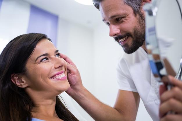 Docteur, Vérification, Patients, Peau, Après, Cosmétique, Traitement Photo gratuit