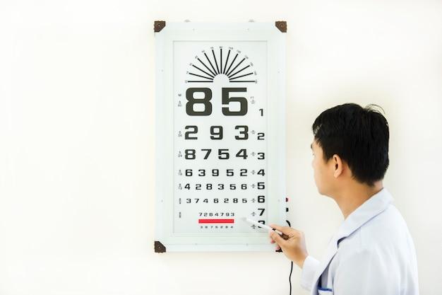 Docteur vérifier le problème des yeux du patient par snellen Photo Premium