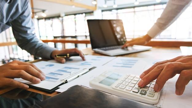 Document de données d'analyse des dirigeants d'entreprise et calcul de la taxe sur les taxes au bureau Photo Premium