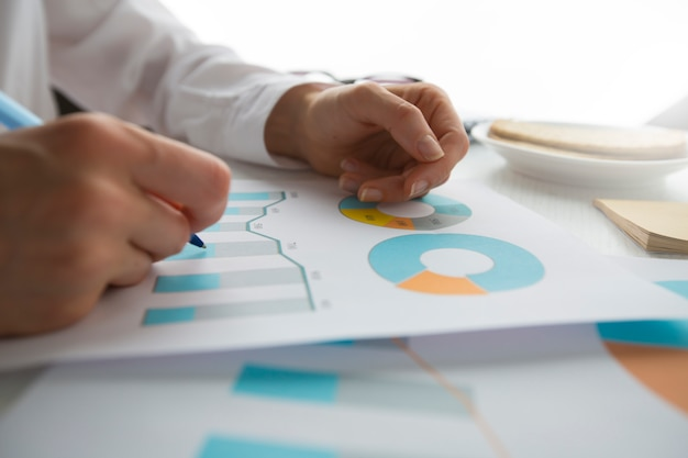 Document De Données Graphique Graphique Rapport Développement De La Recherche Marketing. Photo Premium