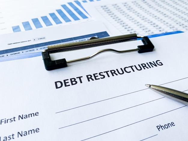 Document de restructuration de la dette avec graphique sur tableau. Photo Premium
