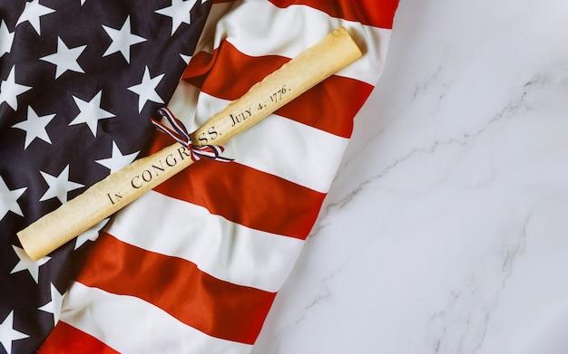 Document De Rôle De Parchemin De Déclaration D'indépendance Avec Le Drapeau Américain Photo Premium