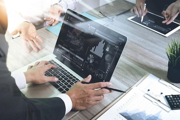 Documents d'affaires sur la table de bureau avec téléphone intelligent et ordinateur portable Photo Premium