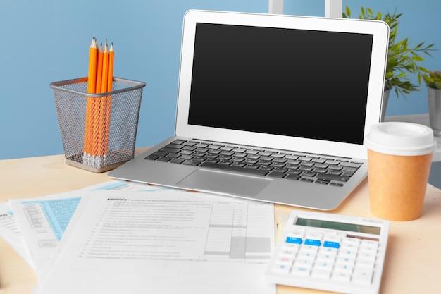 Documents commerciaux graphes financiers à la réussite de l'emploi, analyse des plans de document Photo Premium