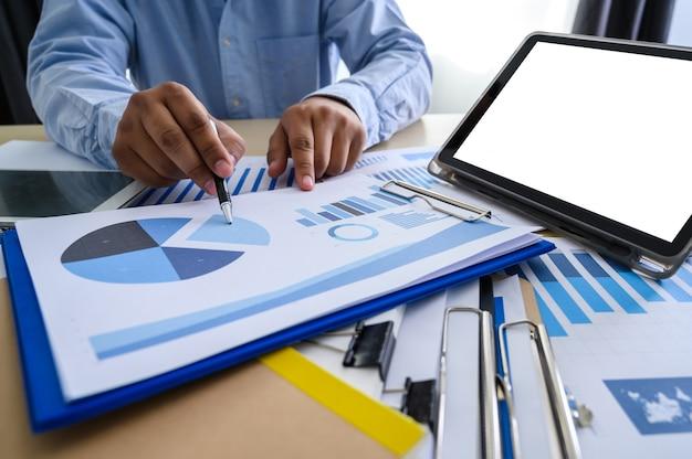 Documents commerciaux sur graphique de bureau financier Photo Premium