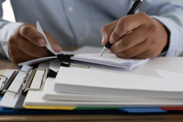 Documents pile de documents d'affaires papier sur le bureau sur le fichier de comptabilité comptable Photo Premium