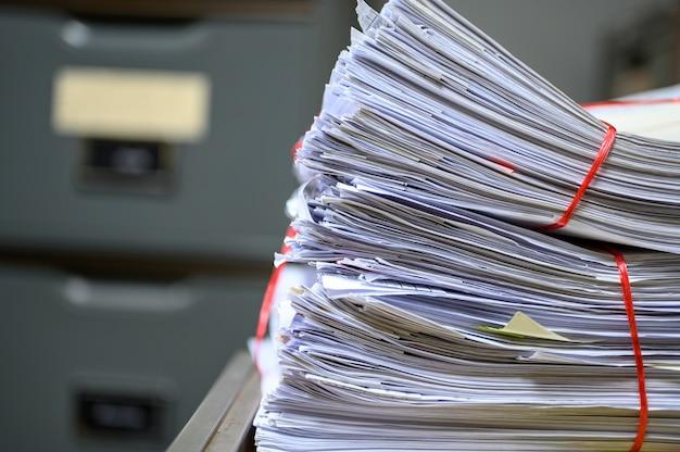 Documents recyclés placés sur le classeur du bureau Photo Premium