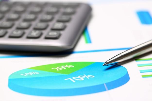 Documents De Statistiques Financières Infographie Stylo à Bille Photo Premium