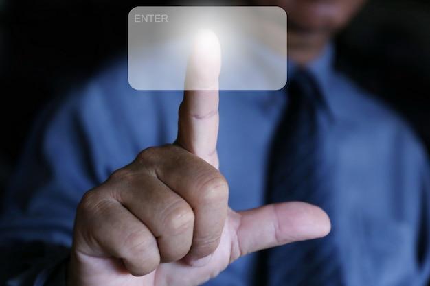 Doigt appuyez sur le bouton enter Photo Premium