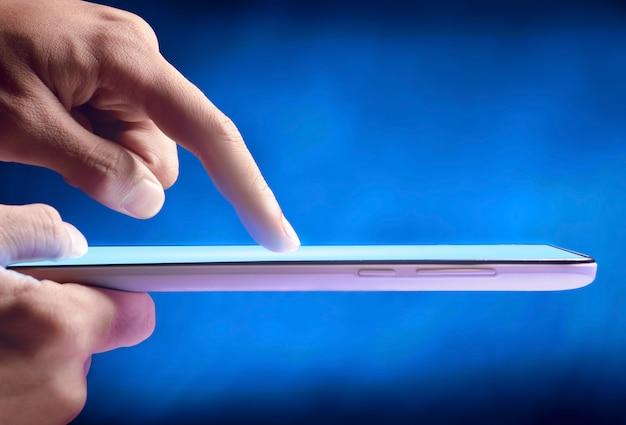 Doigt tactile sur l'écran de la tablette numérique Photo Premium