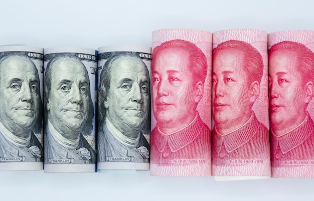 Dollar blanc et fond blanc de billets de banque en yuan chine. Photo Premium