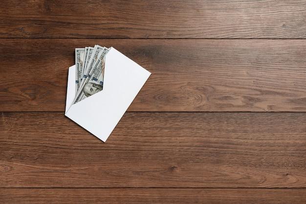 Dollars américains dans une enveloppe blanche Photo Premium