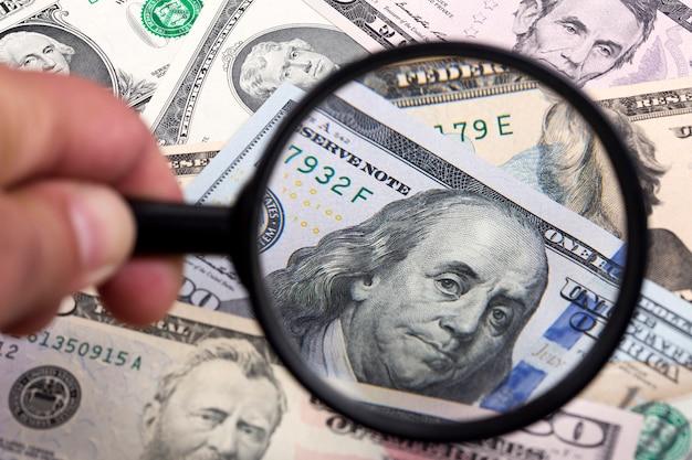 Dollars Américains Dans Un Fond De Loupe Photo Premium