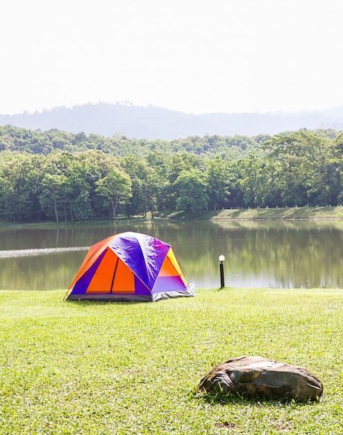 Dôme tentes de camping en forêt terrain de camping Photo Premium
