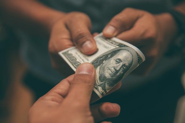 Donner de l'argent dollar américain (usd) Photo Premium