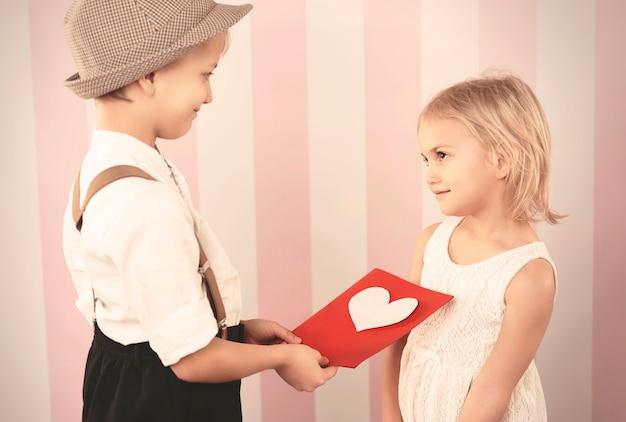 Donner La Carte Pleine D'amour Photo gratuit