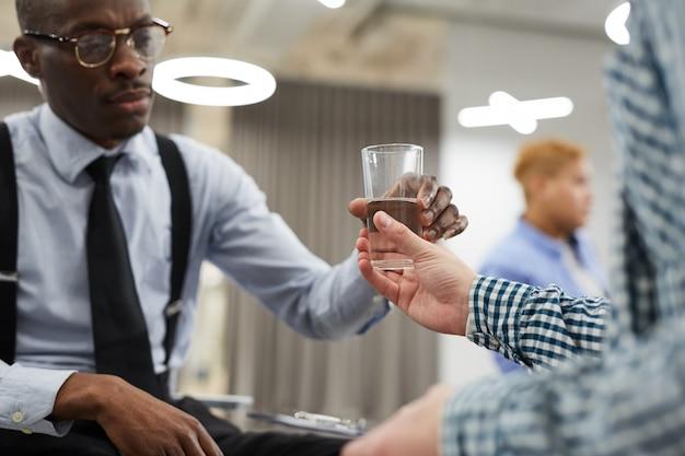 Donner Un Verre D'eau Photo Premium
