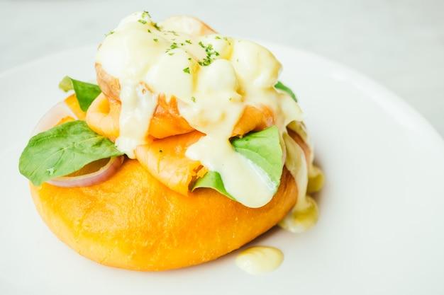 Donut de pain au saumon fumé et à l'oeuf bénédict Photo gratuit