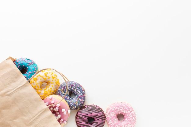 Donuts Dans Un Espace De Copie De Sac Photo gratuit