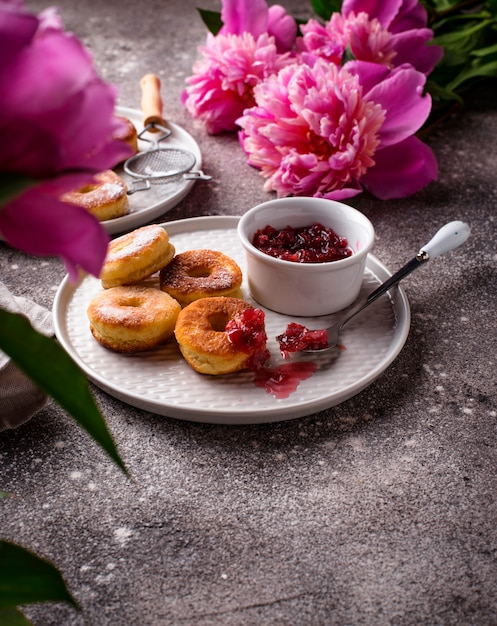 Donuts maison à la confiture de rose Photo Premium